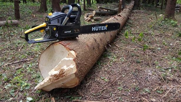 Бензопила Huter BS-62 в работе