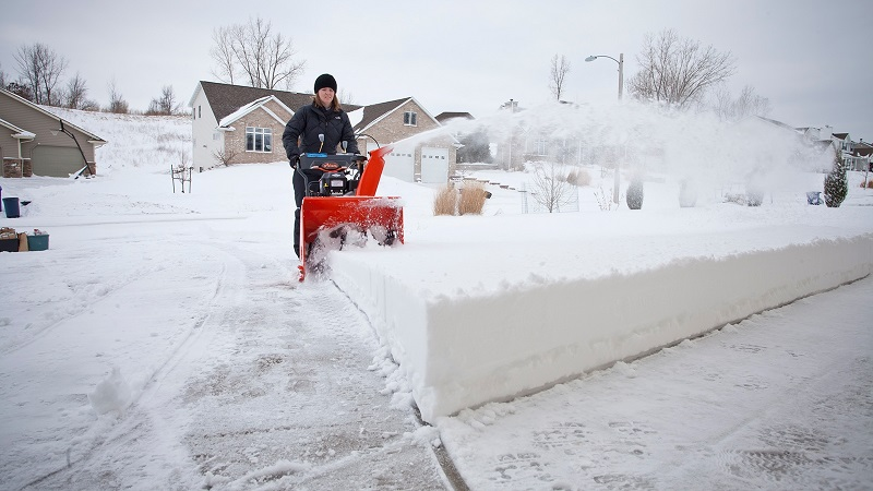 Снегоуборщик Husqvarna 8024 STE в работе