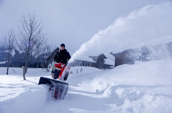 Снегоуборщик Husqvarna 9027 STE в работе