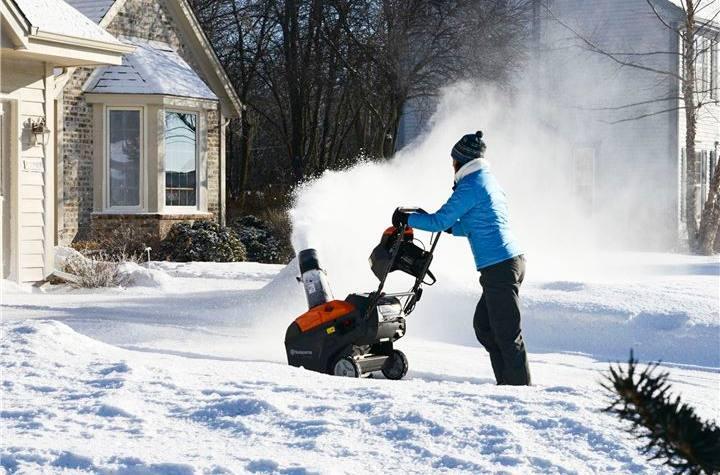 Снегоуборщик Husqvarna ST-151 в работе
