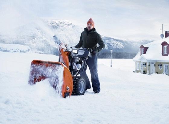 Снегоуборщик Husqvarna ST-224 в работе