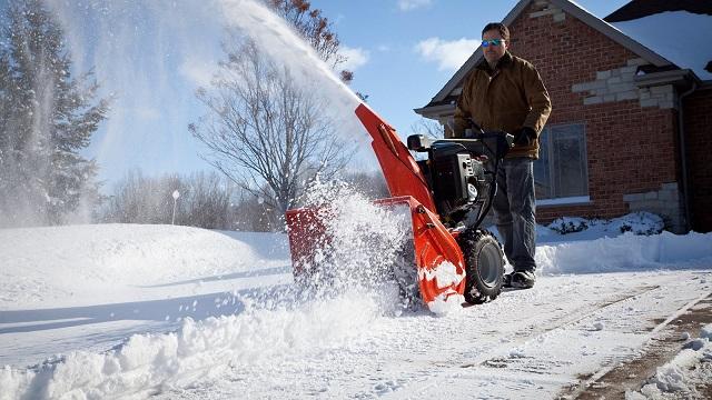 Снегоуборщик Husqvarna ST-227P в работе