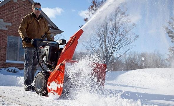 Снегоуборщик Husqvarna ST 230 P в работе