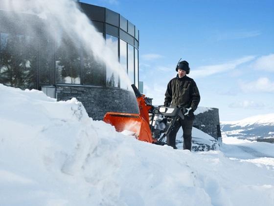Снегоуборщик Husqvarna ST268EP в работе