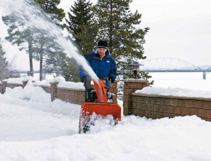 Снегоуборщик Husqvarna ST5524 в работе
